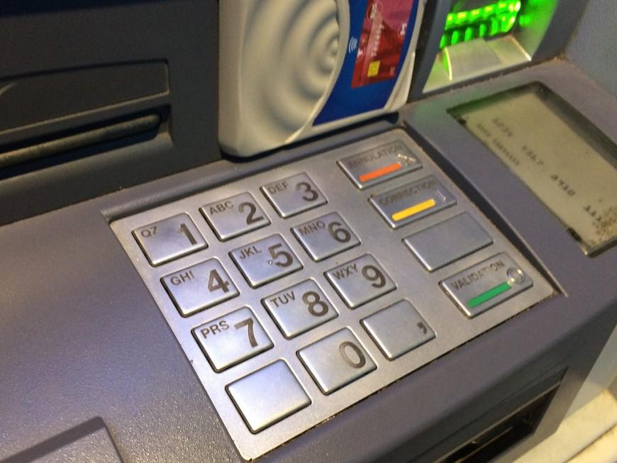 Huit cartes bancaires pour un seul homme