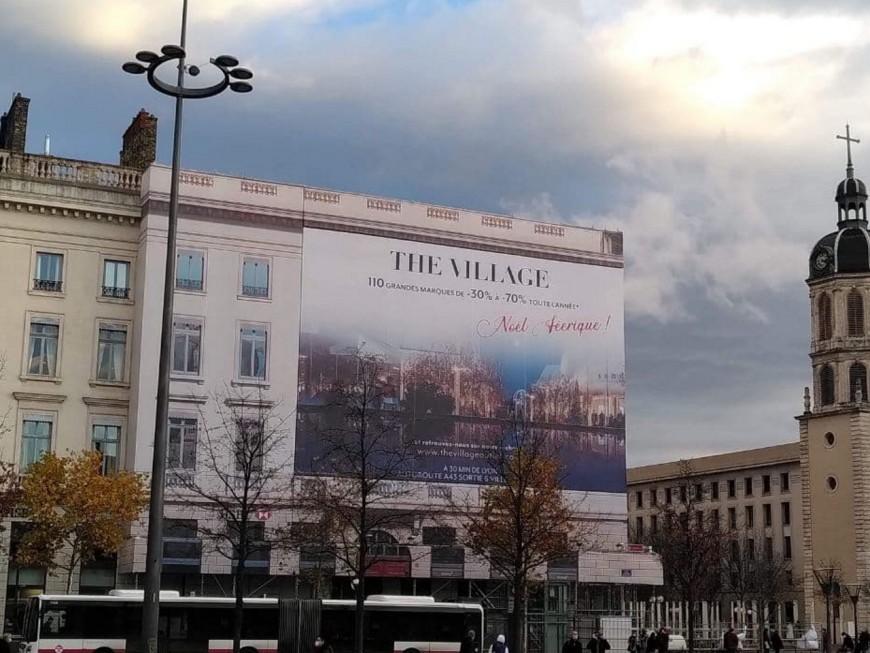 Lyon: le collectif Plein La Vue dénonce la nouvelle campagne publicitaire place Bellecour
