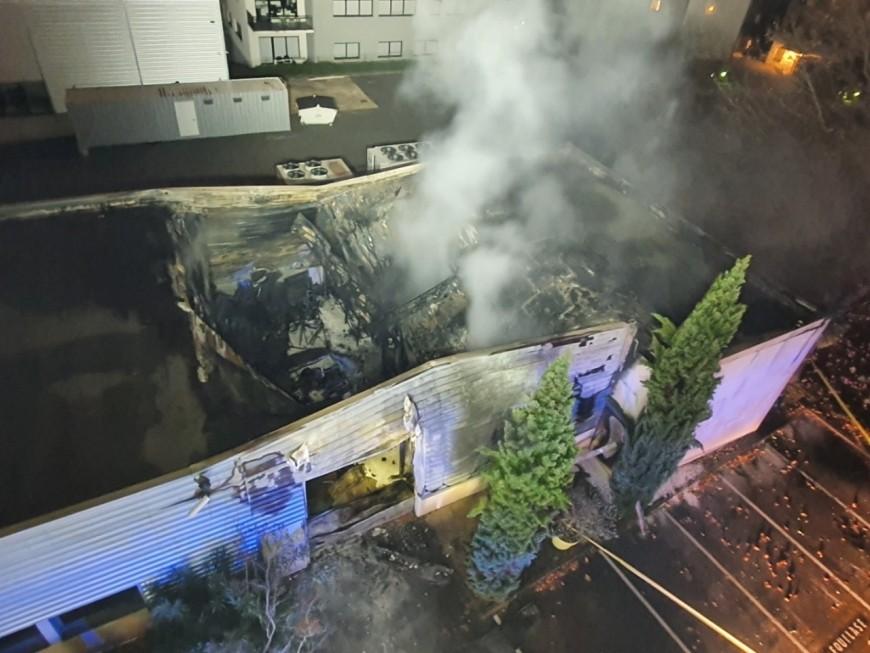 Une entreprise ravagée par un incendie près de Lyon