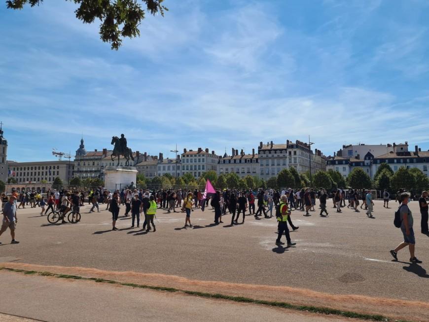 Lyon : environ 500 gilets jaunes place Bellecour