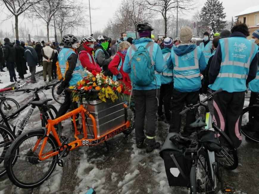 Plus de 300 personnes ont rendu hommage au cycliste mortellement renversé à Vaulx-en-Velin