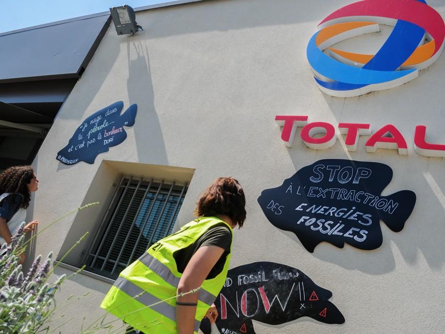 Lyon : opération marée noire de Greenpeace à la station-service de Solaize