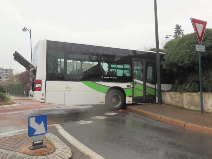 Villefranche : le bus percute un mur et finit dans un jardin