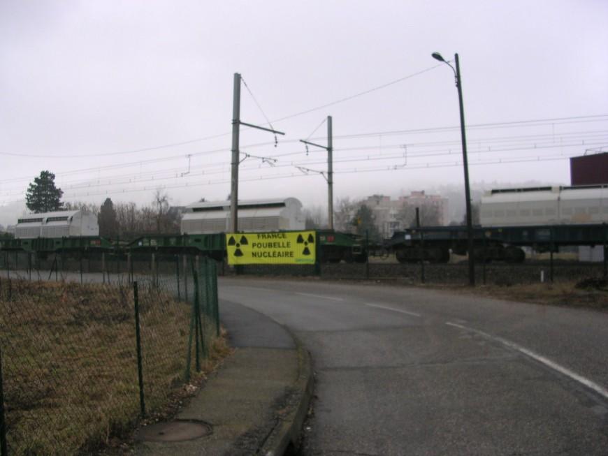 """Les anti-nucléaires mobilisés contre le passage d'un """"train atomique"""" en Rhône-Alpes"""
