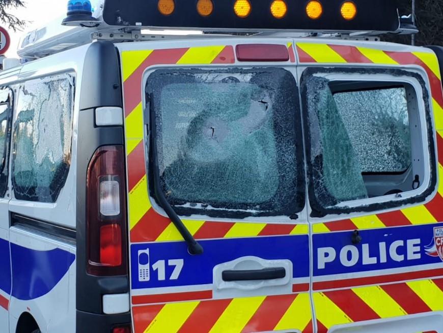 Un véhicule de police violemment pris pour cible par les casseurs, une enquête ouverte (MàJ)