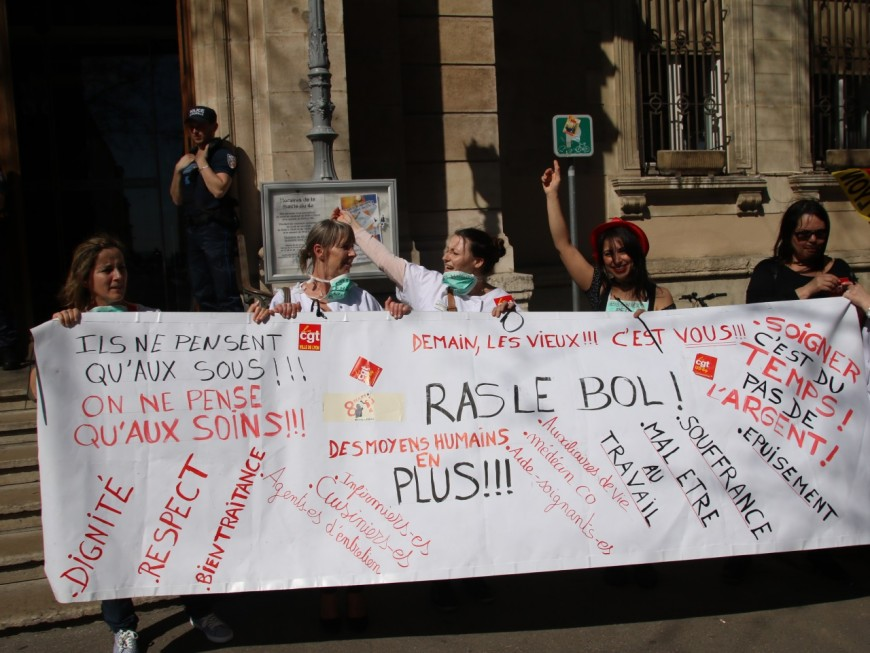 Ehpad Marius-Bertrand : une partie du personnelmanifeste devant la mairie du 4e