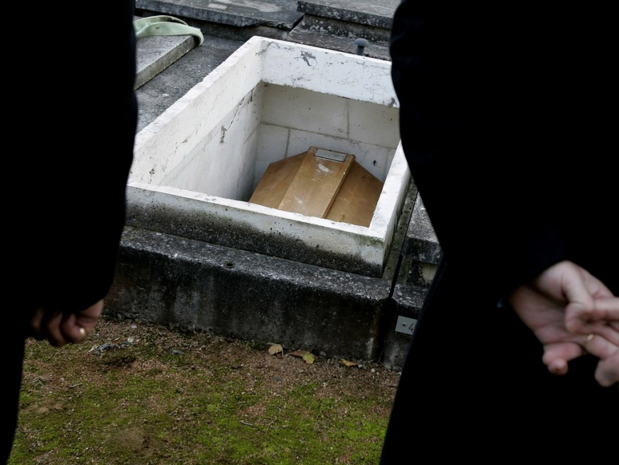 Lyon : un responsable de pompes funèbres volait les dents en or des défunts