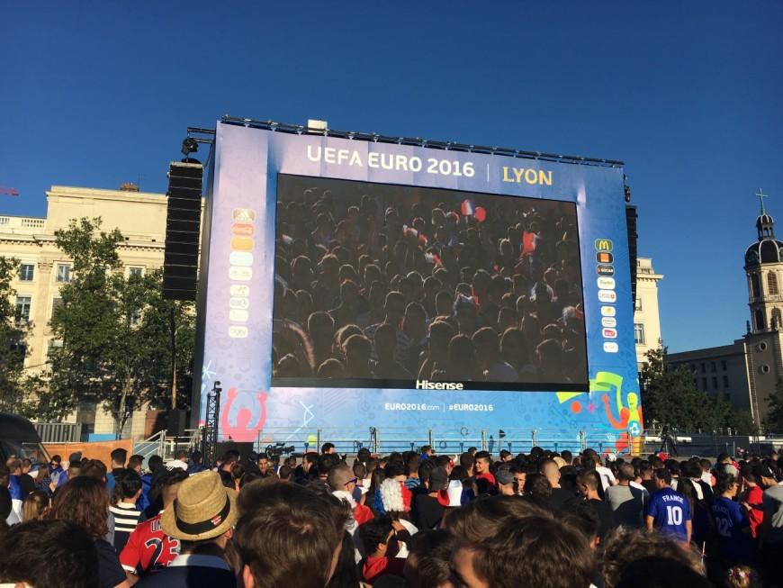La fan-zone de la place Bellecour pleine à craquer pour la victoire des Bleus !