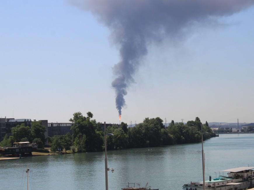 Feyzin : une épaisse fumée noire s'échappe de la torchère