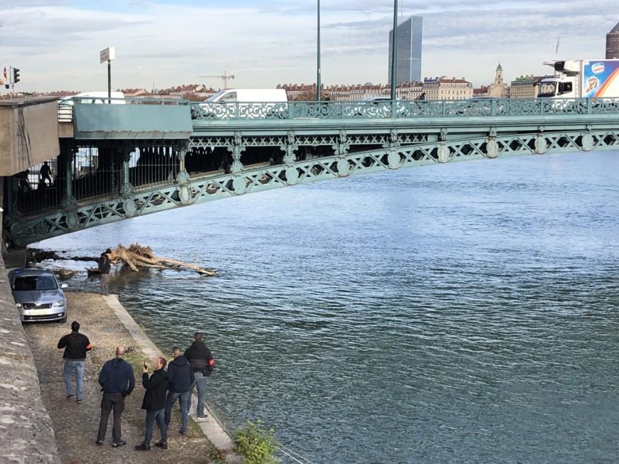 Lyon : après un vol à l'arraché, ils se cachent dans les armatures d'un pont