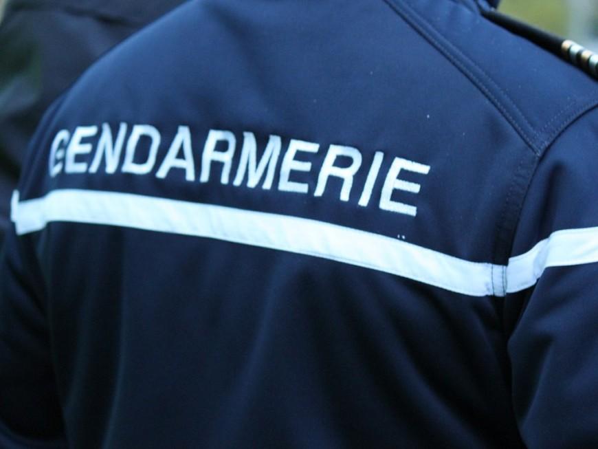 Près de Lyon: une voiture fonce sur les gendarmes, ils tirent à deux reprises