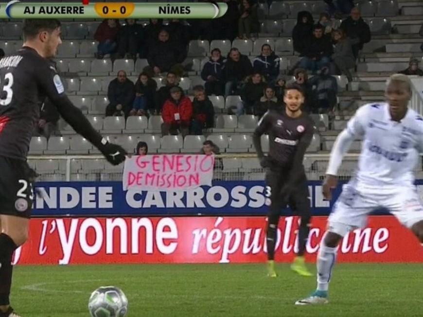 """Une banderole """"Genesio Demission"""" lors d'un match de Ligue 2"""