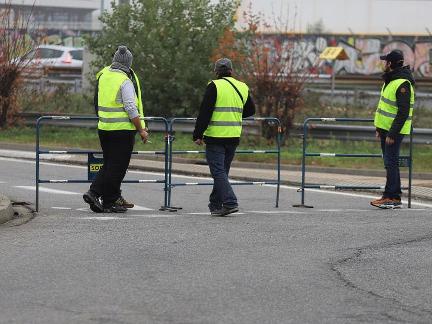 Gilets jaunes : une banderole antisémite au rond-point de Saint-Romain-de-Popey ?