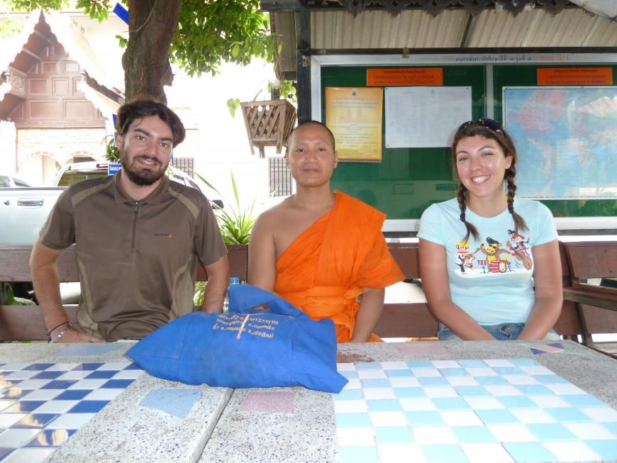 """Les """"globe-croqueurs"""" lyonnais à la rencontre d'un moine thaïlandais fan de l'OL"""