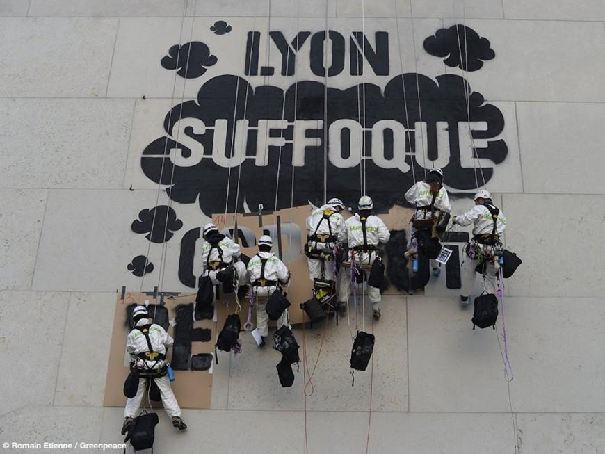 Un graff de Greenpeace pour dénoncer la pollution de l'air à Lyon