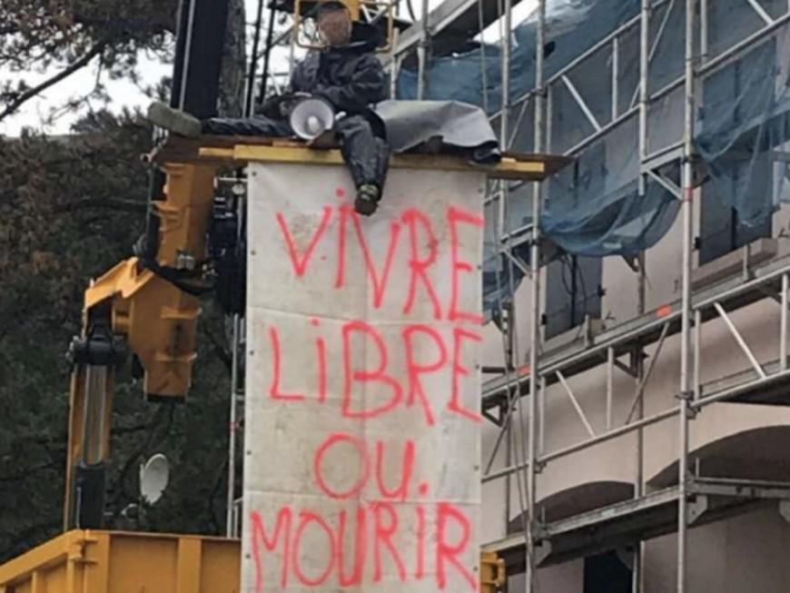 Contre le confinement, un homme se retranche sur une grue près de Lyon