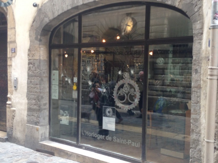 Dégradation de la vitrine de l'Horloger de Saint-Paul : les groupuscules d'extrême-droite mis en cause