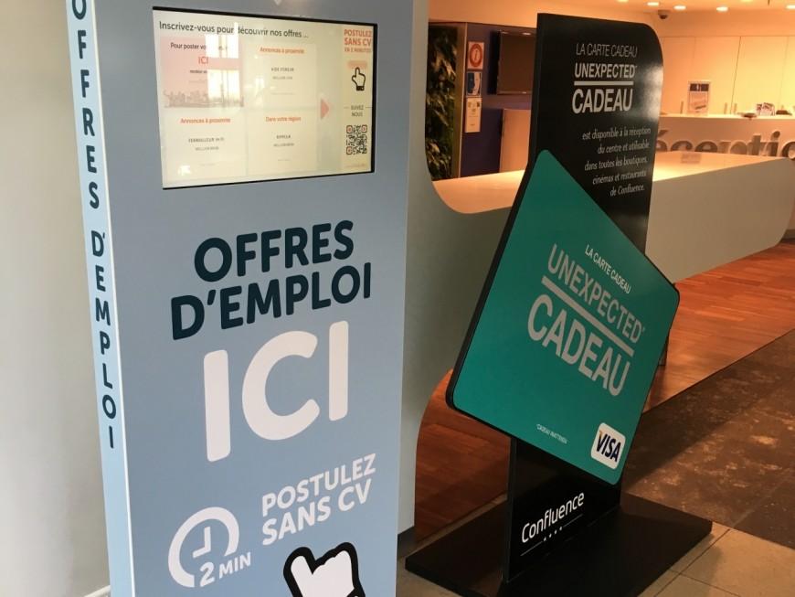 Une borne de recrutement digitale installée Pôle de Commerce et de Loisirs de Confluence