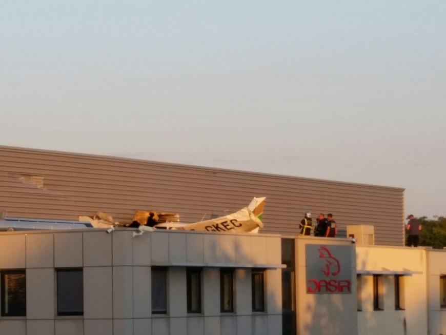 Décines : un avion de tourisme se crashe sur le toit d'un bâtiment