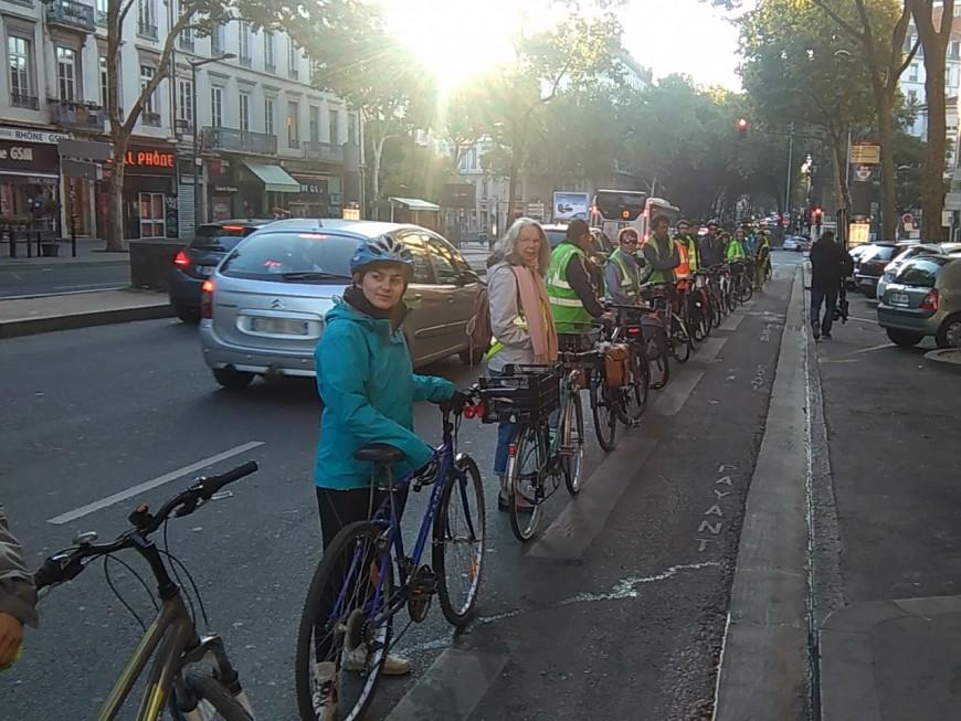 Une chaine humaine pour protéger les pistes cyclables à Lyon