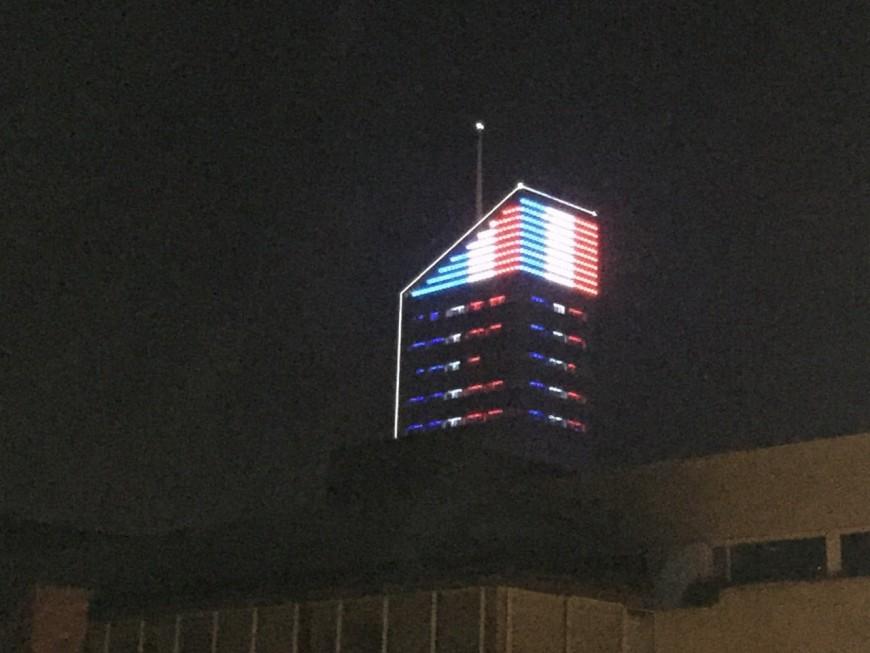 Lyon : la tour Incity et le palais de justice aux couleurs de la France pour les victimes à Paris