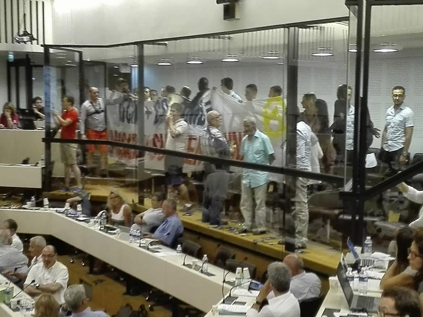 Institut de civilisation musulmane : les identitaires perturbent le conseil de la Métropole de Lyon