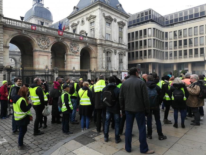 """""""Macron démission"""" : des centaines de gilets jaunes mobilisés dans le Rhône"""