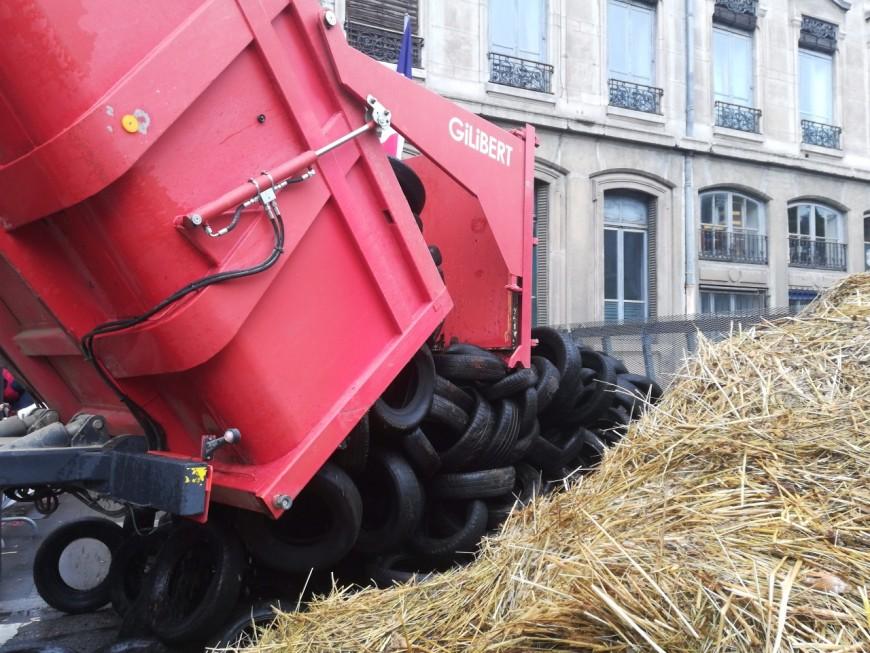 Lyon : près de 150 tracteurs rassemblés devant la Préfecture, une délégation reçue - VIDEO