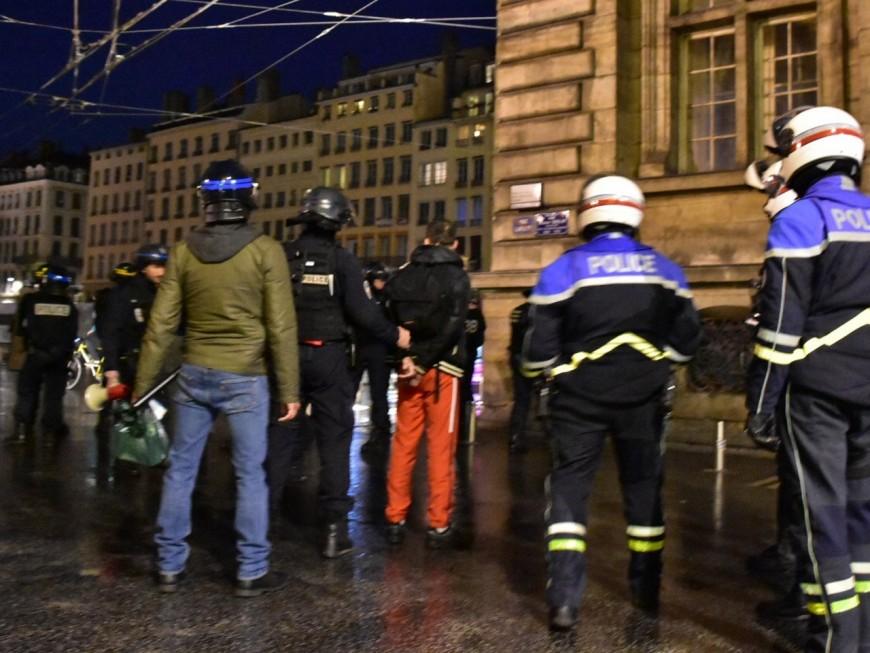 Lyon : l'homme interpellé avec un fumigène à la manif anti-Macron n'était même pas politisé