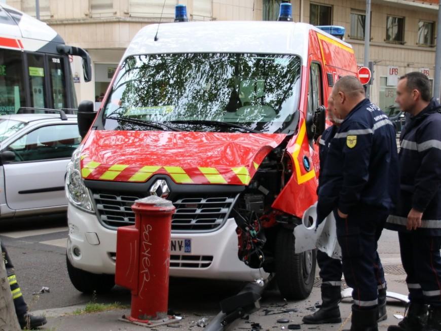Lyon : collision entre une voiture et les pompiers