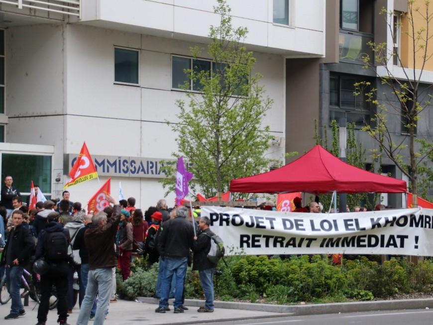 Villeurbanne : rassemblement de soutien à un syndicaliste devant le commissariat