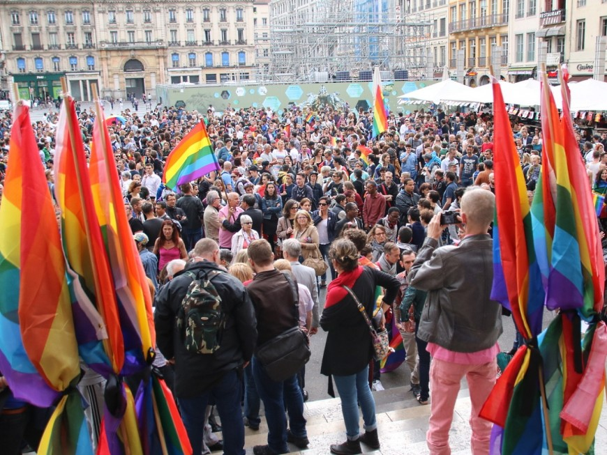 Lyon : un millier de personnes rendent hommage aux victimes d'Orlando