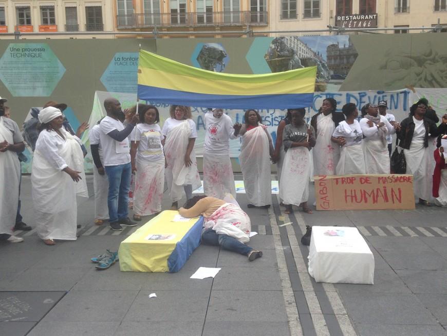 """""""Trop de massacres"""" : les Gabonais de Lyon manifestent"""