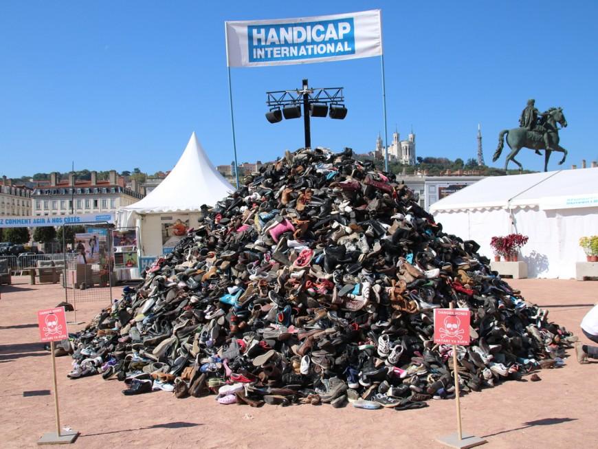 La traditionnelle Pyramide de chaussures se dresse ce samedi à Lyon