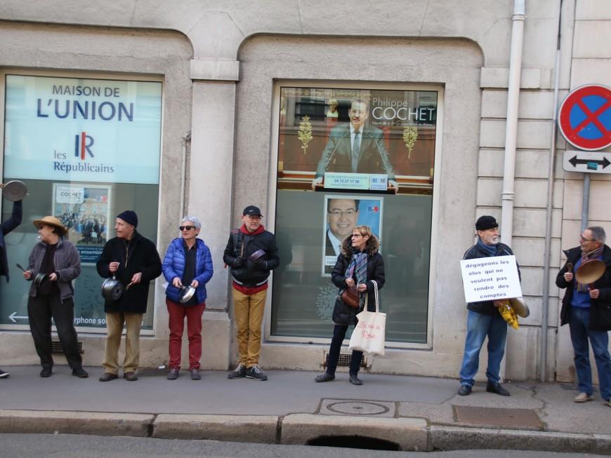"""Une """"casserolade"""" devant la permanence du député Philippe Cochet"""