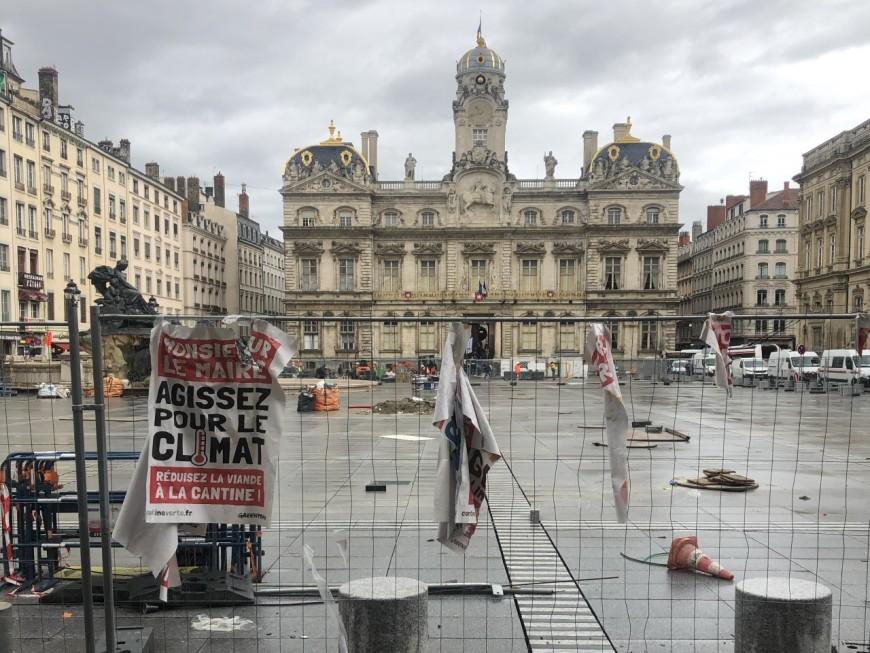 Affichage sauvage de Greenpeace pour réclamer plus de repas végétariens dans les cantines à Lyon