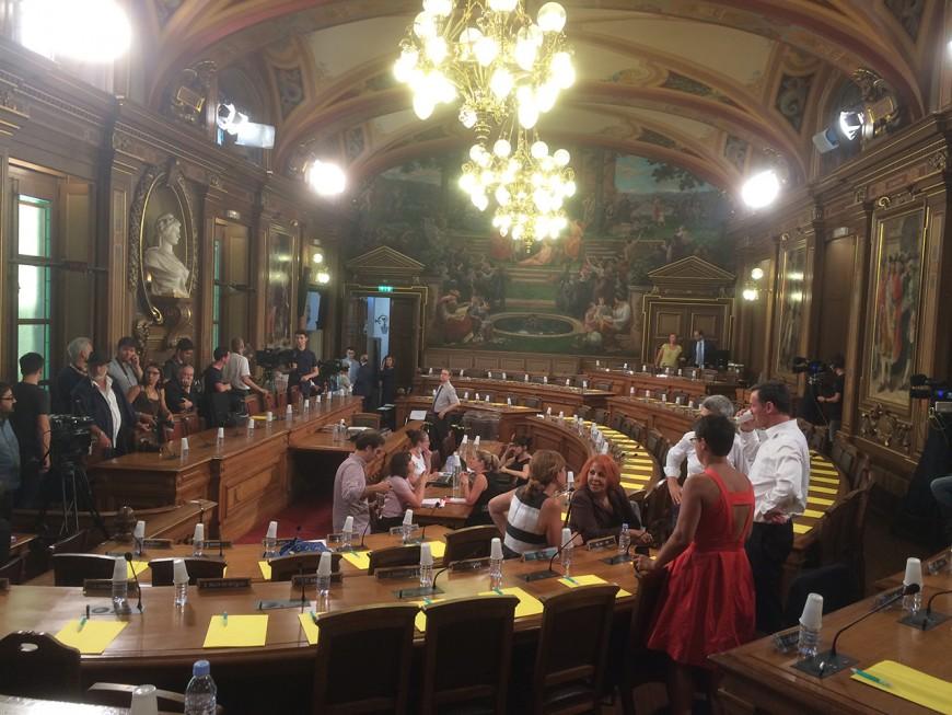 Nouveau maire de Lyon : revivez l'élection de Georges Képénékian en live commenté