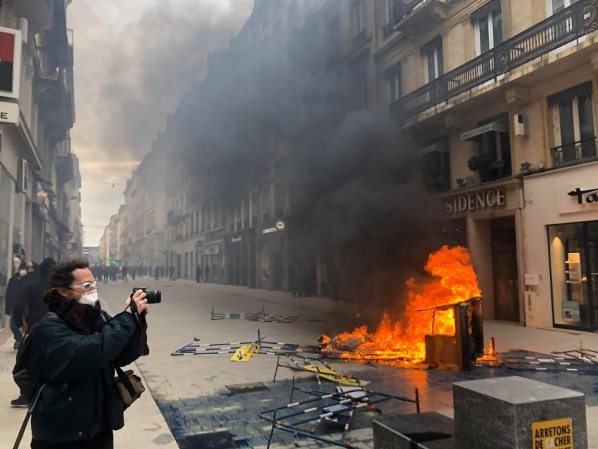 Lyon : la rue Victor-Hugo saccagée par des black blocs