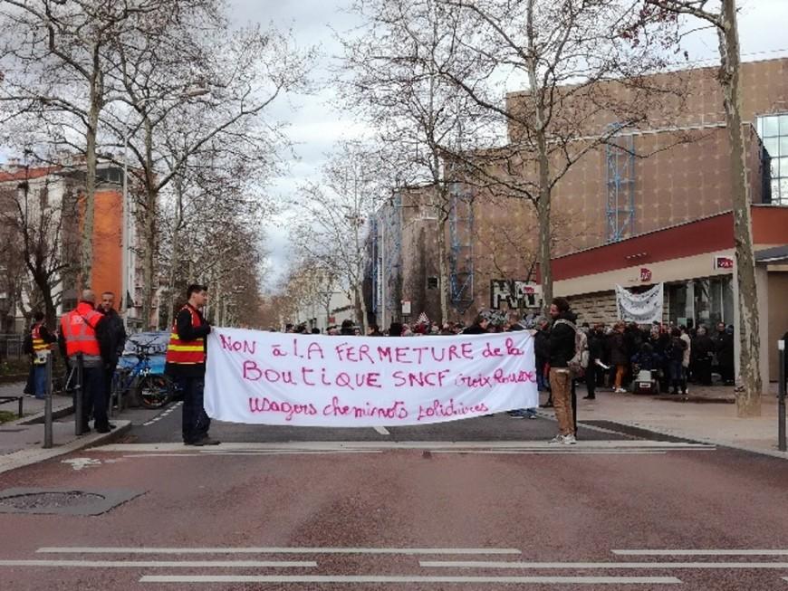 Lyon : une centaine de personnes réunies contre la fermeture de boutiques SNCF