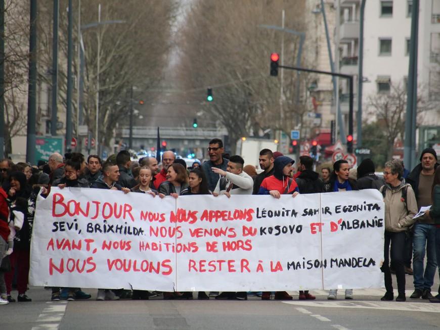 """""""Le futur s'ouvre au pied de biche"""" : 250 personnes opposées aux expulsions à Villeurbanne"""