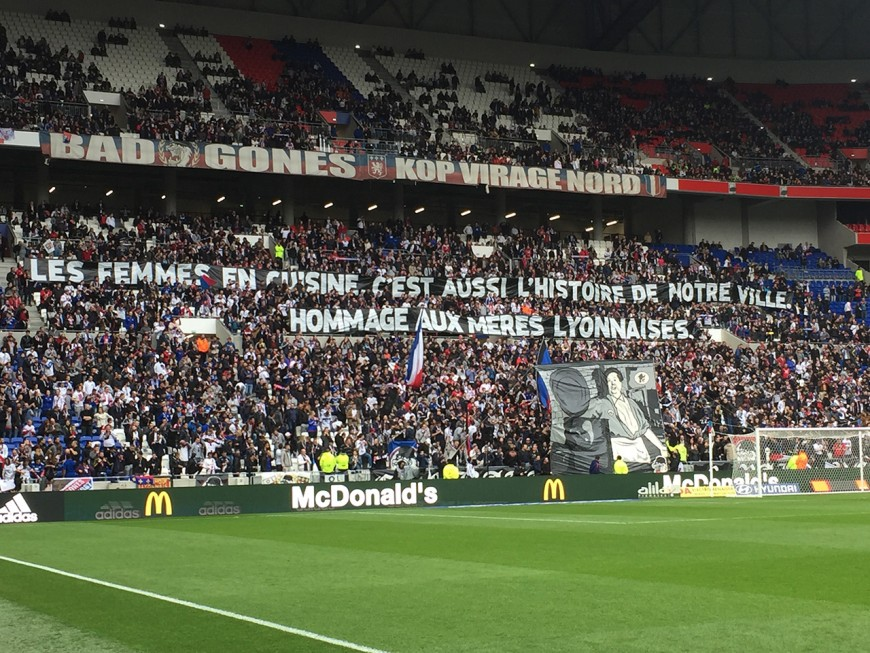"""Banderole misogyne au Parc OL : les Bad Gones rendent hommage aux """"mères lyonnaises"""""""