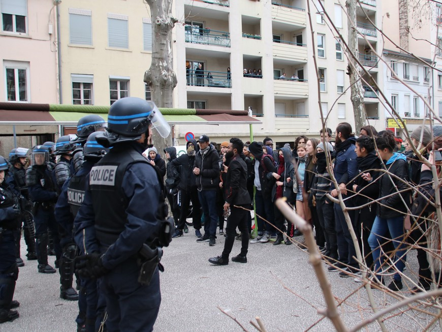 """""""Assassins, violeurs"""" : premier acte de la colère de la jeunesse face à la police à Lyon"""