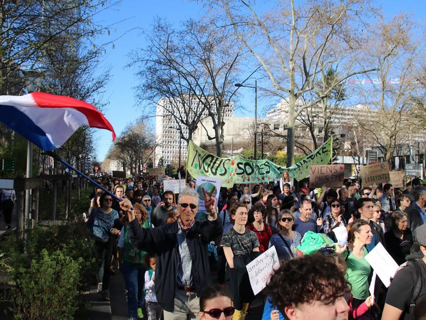 Lyon : grosse mobilisation pour les gilets jaunes, le climat, les Algériens...