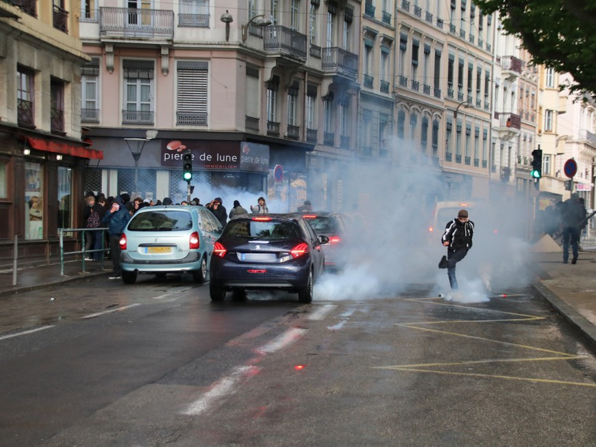 """Lyon : 500 personnes dans les rues pour dire """"ni-Macron, ni-Le Pen"""""""