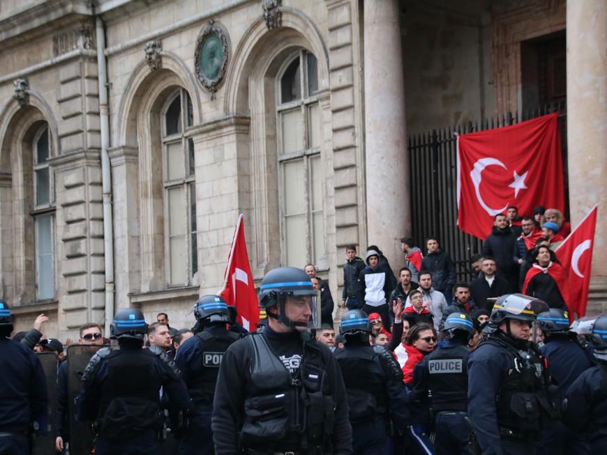 Des Turcs fêtent bruyamment la victoire d'Erdogan dans les rues de Lyon