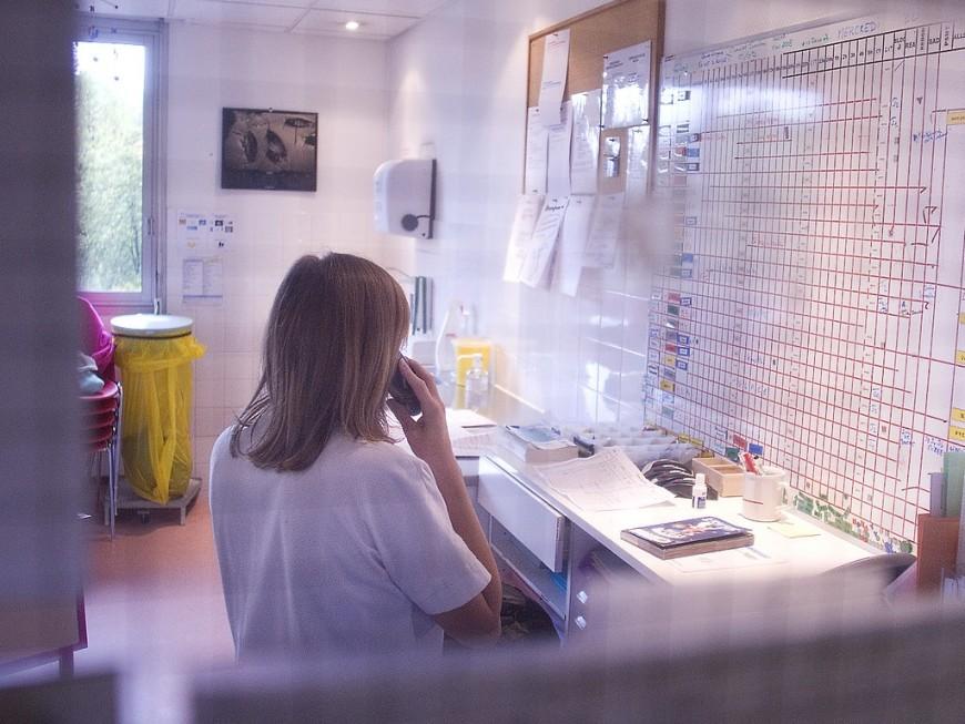 Infirmière à Lyon, elle découvre des excréments devant sa porte