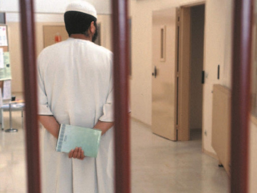 Il est en contact avec d'autres prisonniers alors qu'il est suspecté de terrorisme