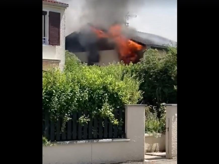 Près de Lyon, une maison s'embrase, une trentaine de pompiers sur place (MàJ)