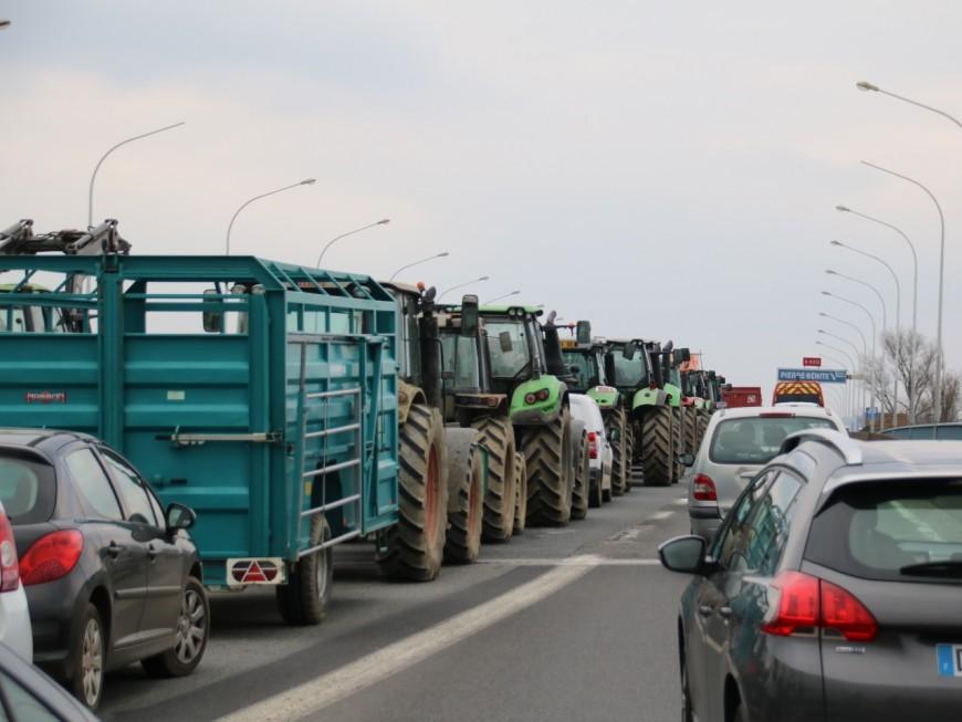 Opération escargot des agriculteurs : l'A7 bloquée, des pneus déversés à Lyon