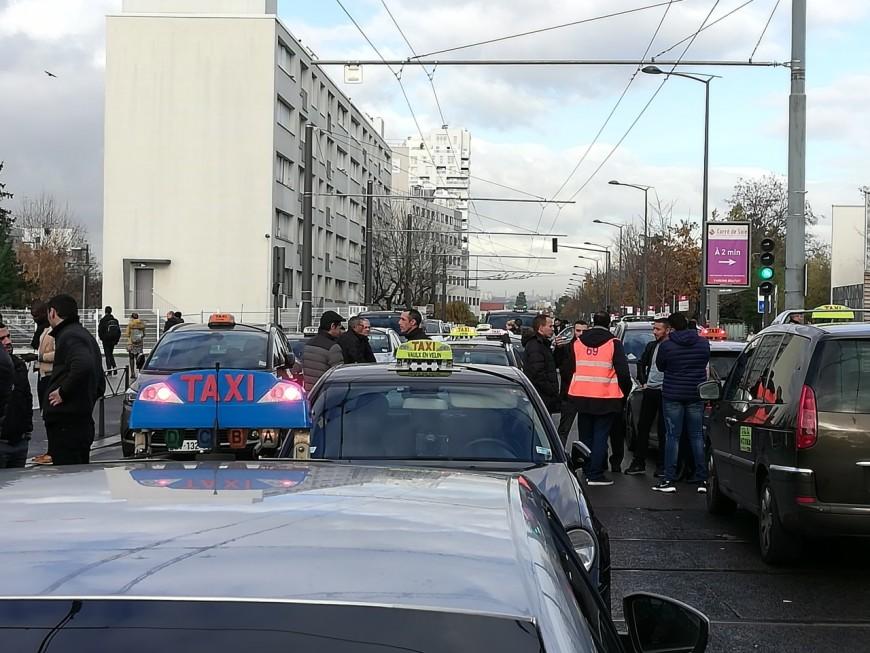 Ils veulent emprunter la voie de bus cours Lafayette : les taxis manifestent à Lyon